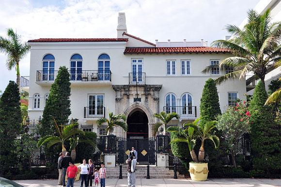 La villa de Miami, où a vécu le couturier italien Gianni Versace, a été vendue le mardi 18 septembre 2013 pour 41,5 millions de dollars.
