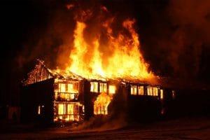 incendie, maison en flamme